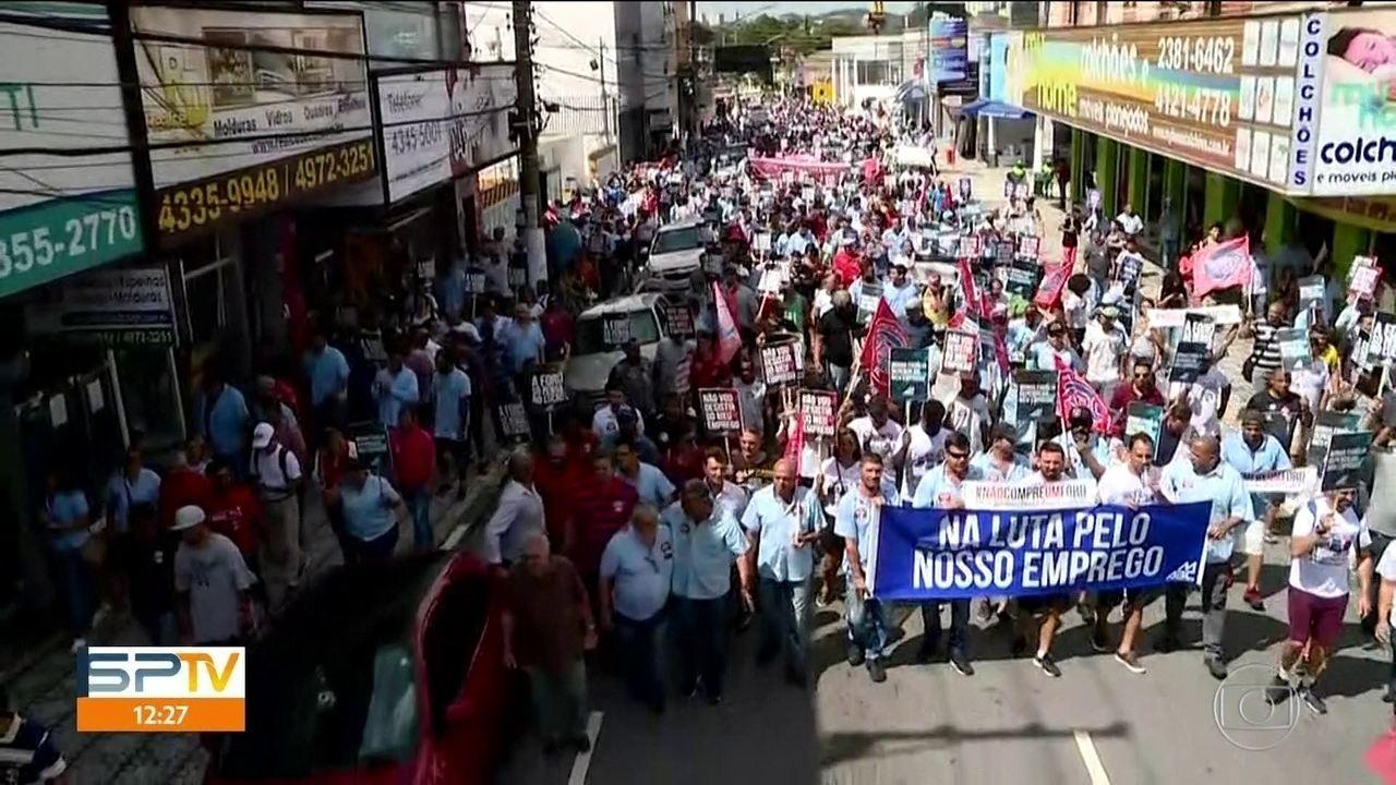 Trabalhadores da Ford fazem passeata contra o fechamento da fábrica no ABC  | Bahia Ligada